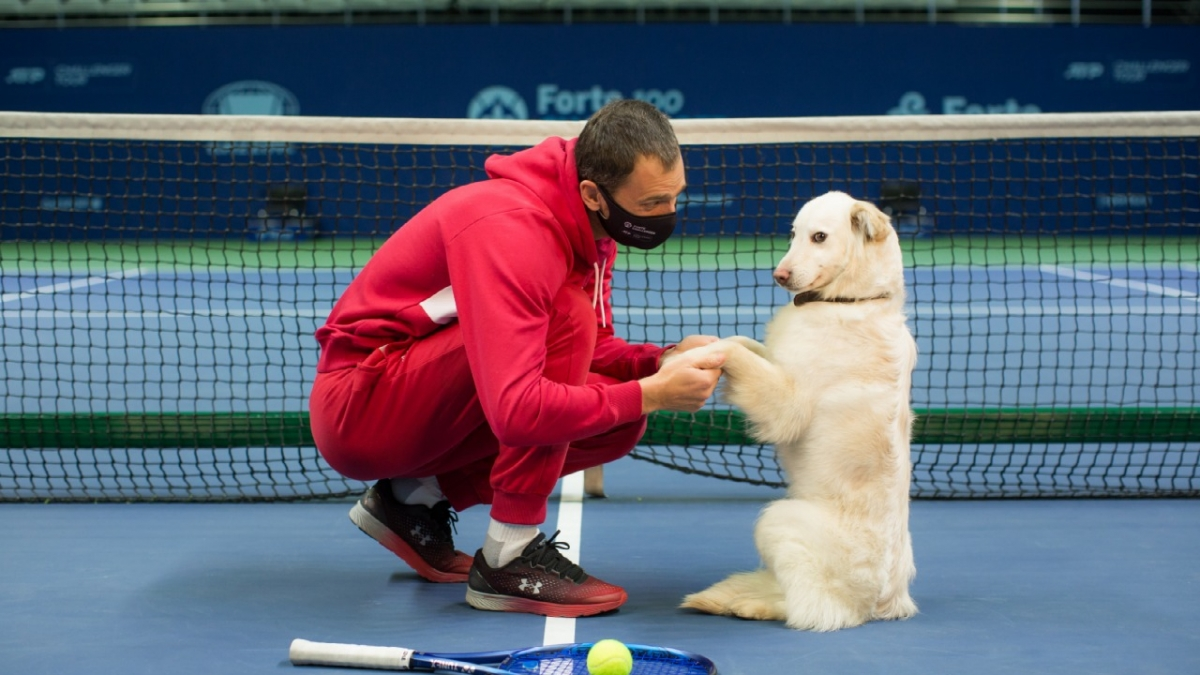 Alexander Nedovesov avec un chien d'un refuge