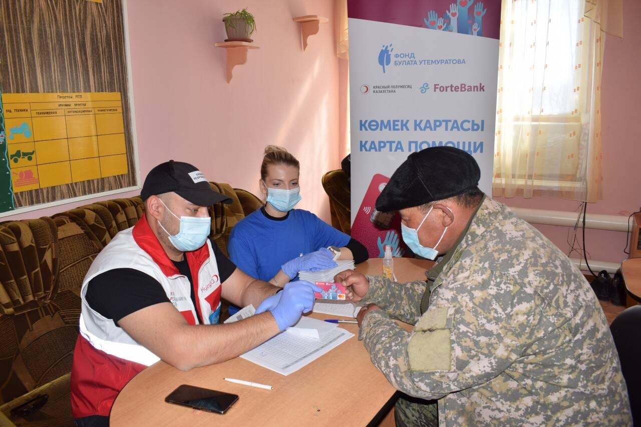 Distribution de cartes de l'assistance